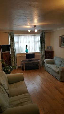 2 bed flat bus ride from heathrow - Northolt