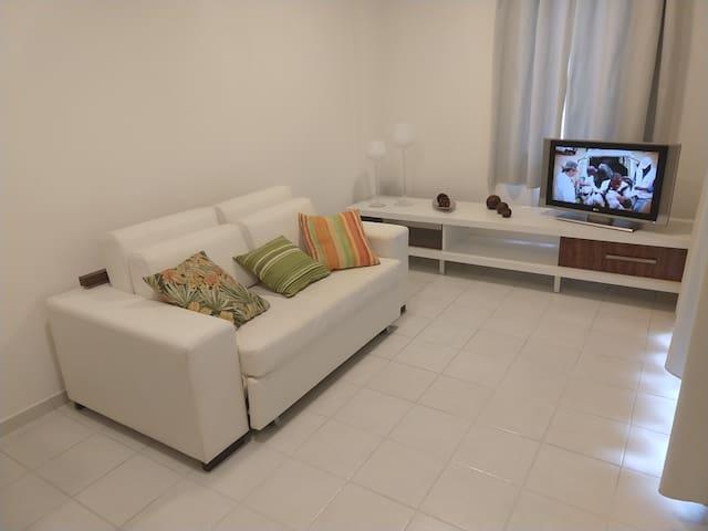 Sala com TV a cabo.