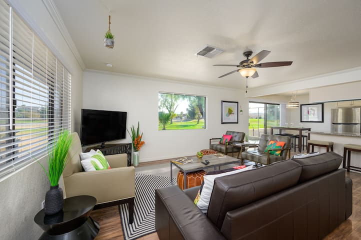 Golf course, modern 3 bedroom home, King bed