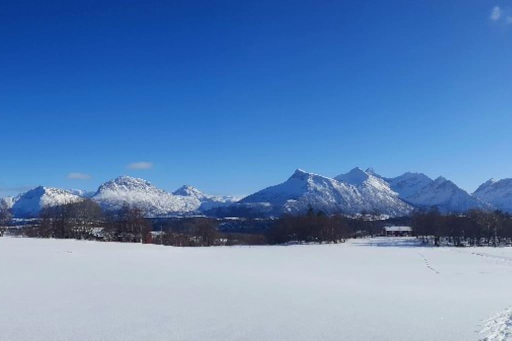 Panoramautsikt over Storsæter vinterstid i nydelig vintervær, perfekt for en skitur! - Panorama av Storsæter in beatiful winter weather, perfect for skiing!