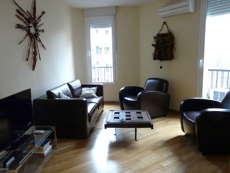 Living room with LCD TV/ Salón con televisión LCD