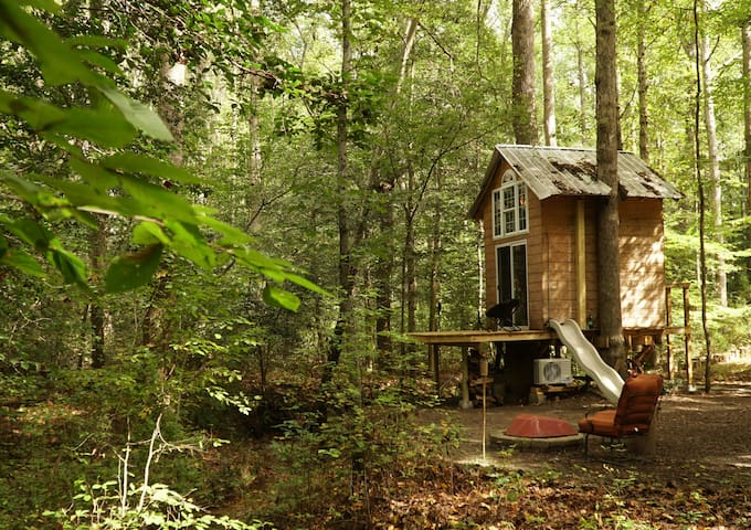 Treehouse in the woods w/AC & heat (bath at house)