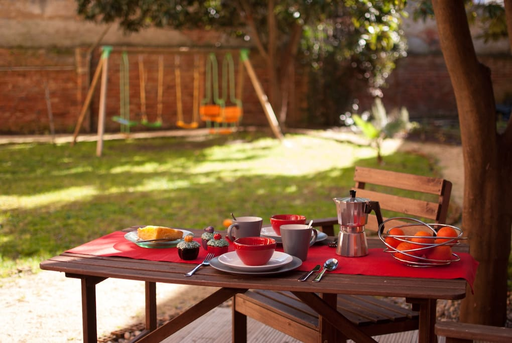 Plan your day in Lisbon during breakfast in the garden!