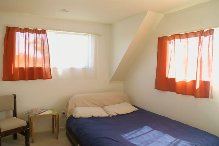 Sunny warm accommodation - Auckland