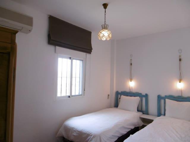 A sleepingroom with 2 single beds