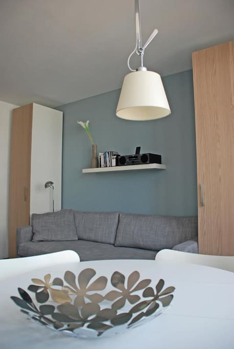 Very contemporary interior  with great furnitures such as Arne Jacobsen's chairs and Artemide's light... ok ok... some Ikea stuff too... :-)