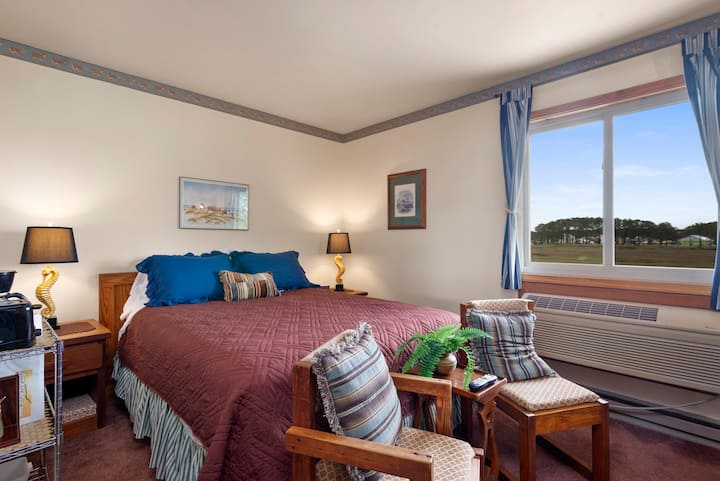Assateague Inn 213-2R is an adorable Studio that sleeps 4 with lovely water views and an Outdoor Pool.