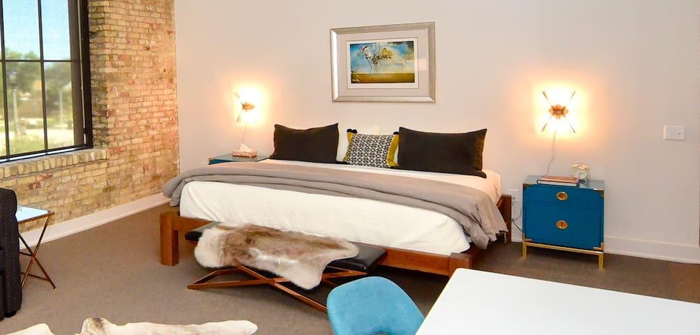 Kinn Guesthouse MKE Suite #8