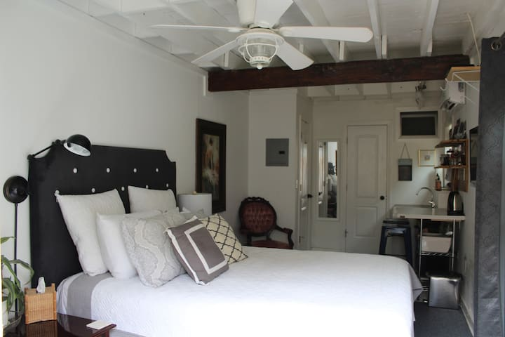 Lovely Charleston Retreat! 10 Minutes to Downtown!