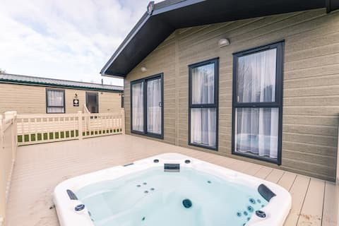 Moore lodge with hot tub