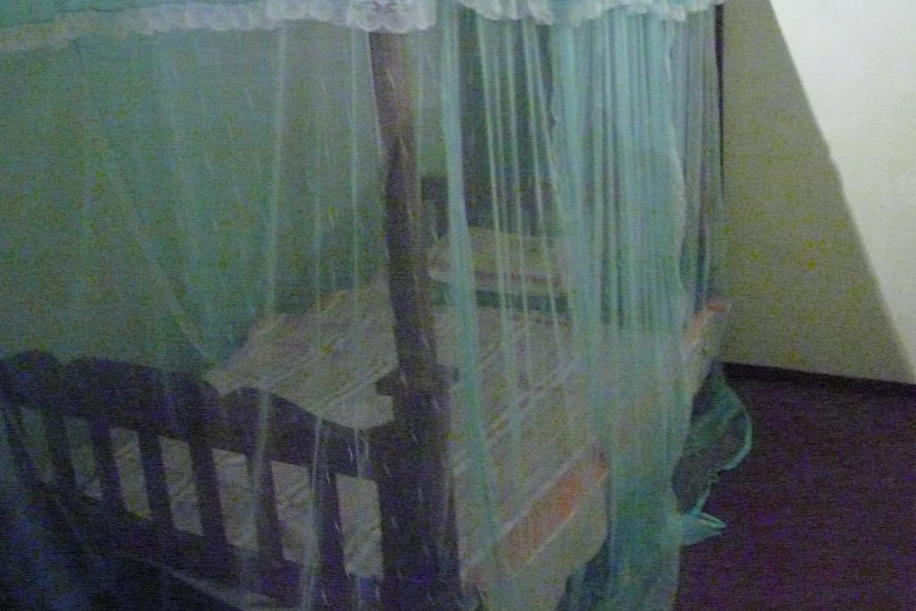 Beds with full mosquito nets and ceiling fans. walking distance from the elephant transit centre to feed the baby elephant with milk and free roaming elephant by the electrice fencee anlong the mortoring way to see without ticket and any entracne fees