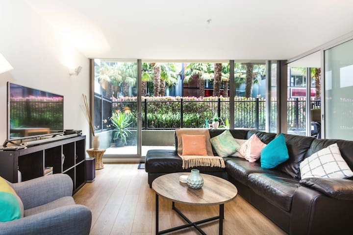 Close to the Beach in a Sophisticated  Apartment in Port Melbourne