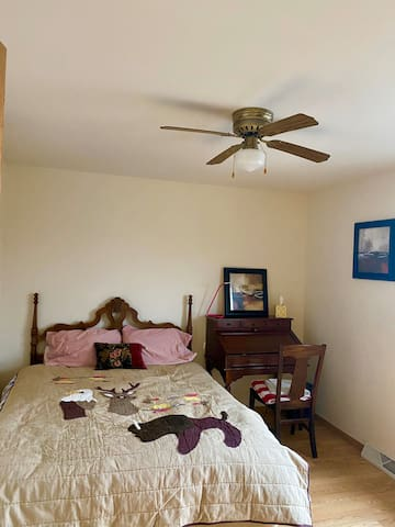 Queen bed w/ shared bathrooms close to downtown