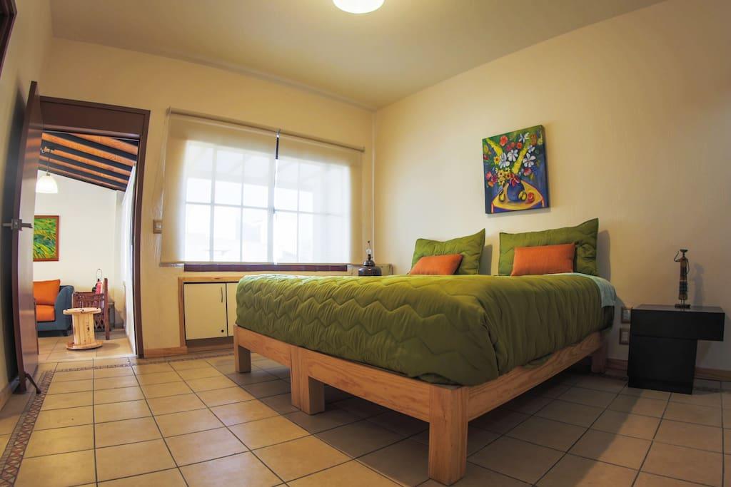 Recamara principal con cama king size y baño completo