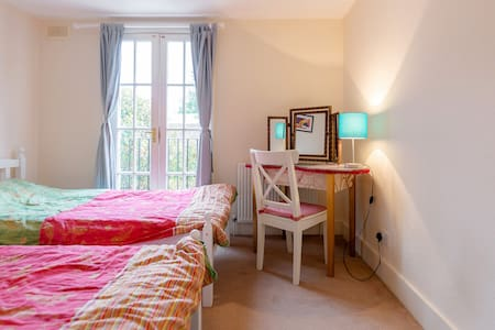 Great Room near Clapham Junction in beautiful area - London - House