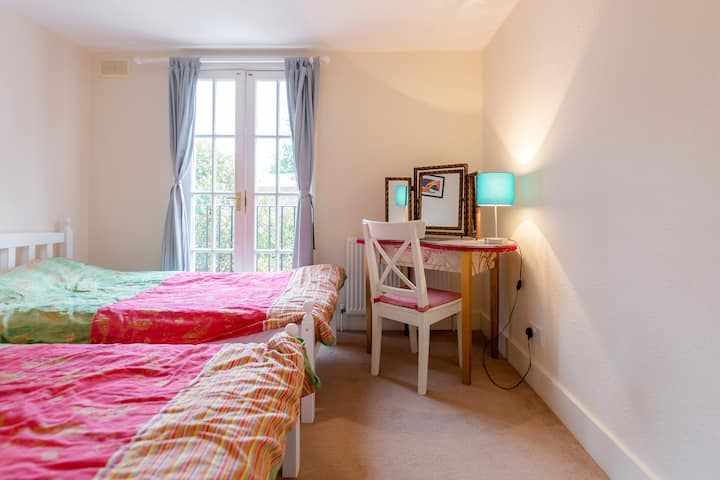Great Room near Clapham Junction in beautiful area