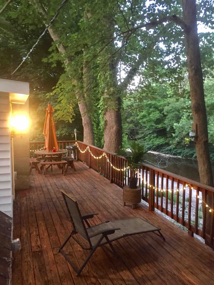 Creekside Getaway  in the Trees