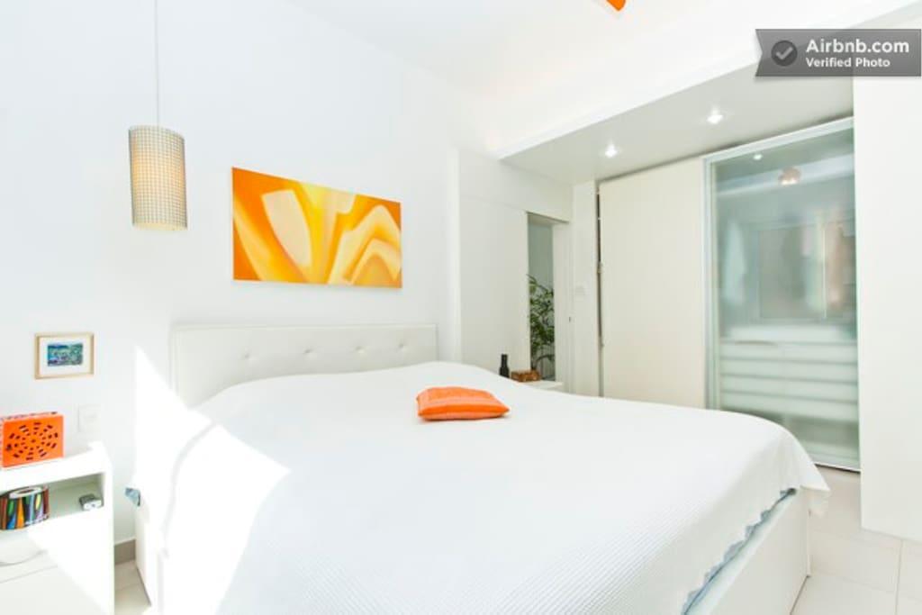 Suite 1: Cama King Size para casal, ventilador de teto, ar condicionado, TV LED 32 polegadas, armários, etc
