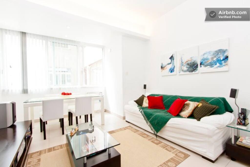 Ampla sala com TV LED 46 polegadas, sofá, mesa de jantar,  home theatre, ventilador de teto, ar condicionado, etc.