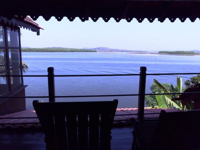 WOODEN CHALET ON THE RIVER BANKS - Panjim - Alpehytte