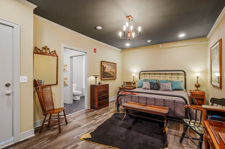 ✰Vintage Charm ✰ King Bed & Great Bath✰Main Street