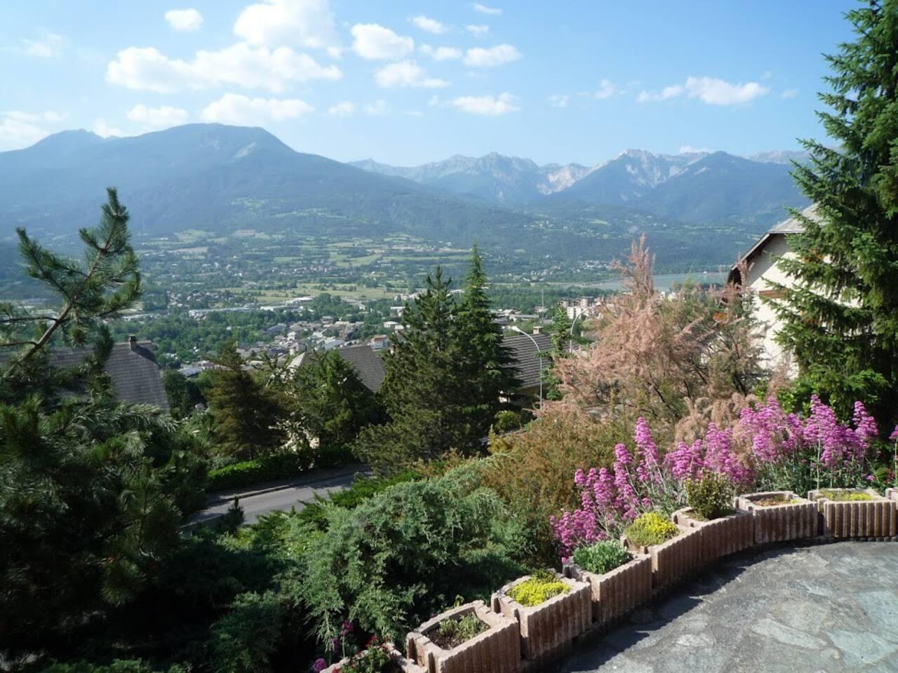 Très belle vue panoramiquesur les montagnes et la vallée,la Durance   et le lac Tous sports