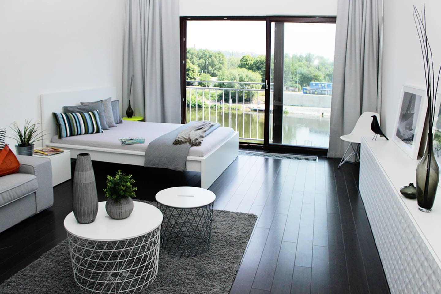 TRENDY MARINA STUDIO WITH A RIVERSIDE VIEW