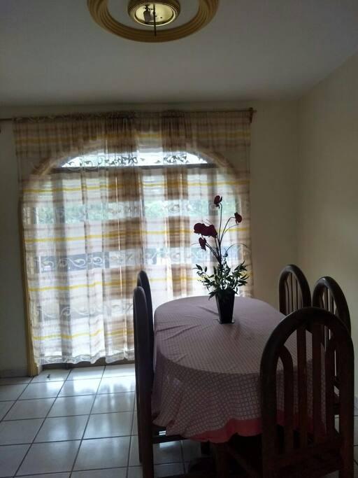 Comedor y puerta de balcón