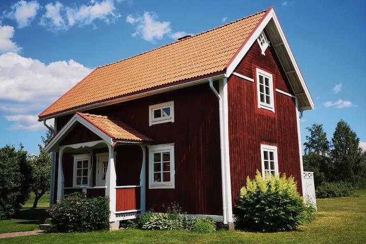 Eget hus på dalagård i lantlig bymiljö