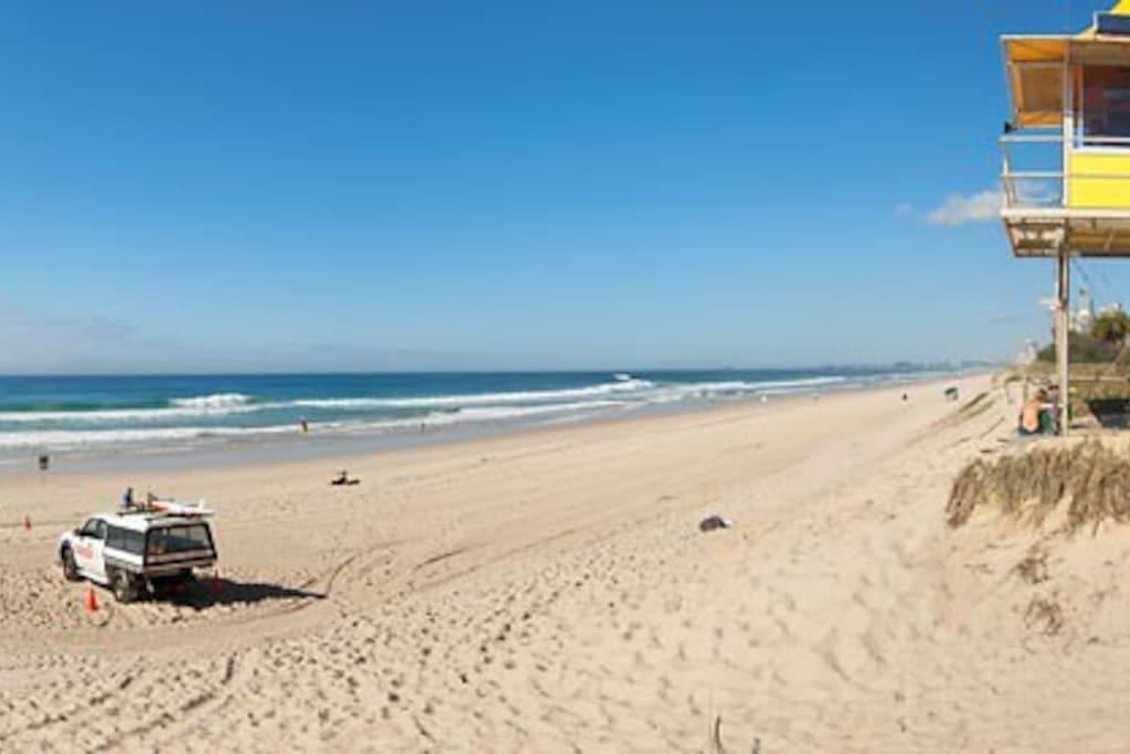 10 minute walk to Nobby Beach, Miami