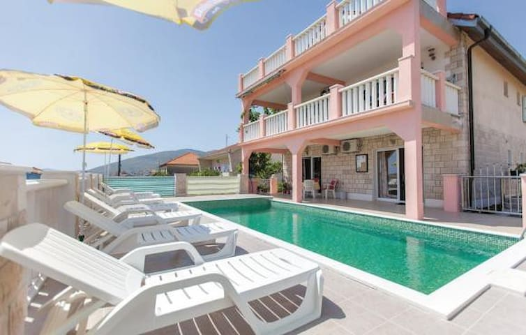 Budget house with pool, near old town - Trogir - Villa