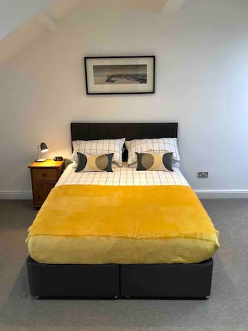 Modern studio flat with en suite - central Jesmond