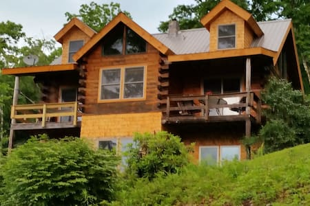 Custom log home at the end of the road. - Halifax - Haus