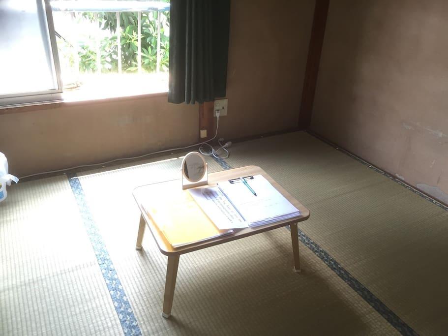 The table can be folded.  小桌子是折迭式的。  小桌子是折疊式的。  テーブルは折りたたみできます。