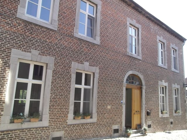 Cosy room in beautiful historic house - Borgloon - Hus