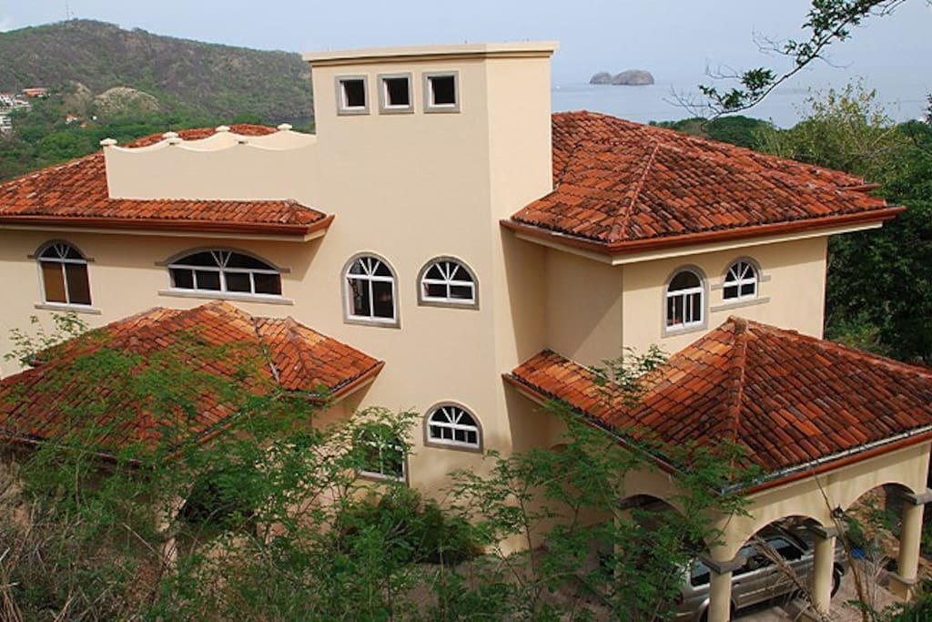 Casa Buena Vista from above shows the views of the Pacific