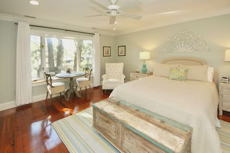Waterfront Cottage Under Canopy of Live Oaks - Charleston - Guesthouse - 0