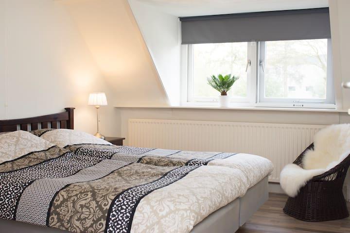 Geheel woonhuis aan de rand van Amsterdam - Amsterdam-Zuidoost - House