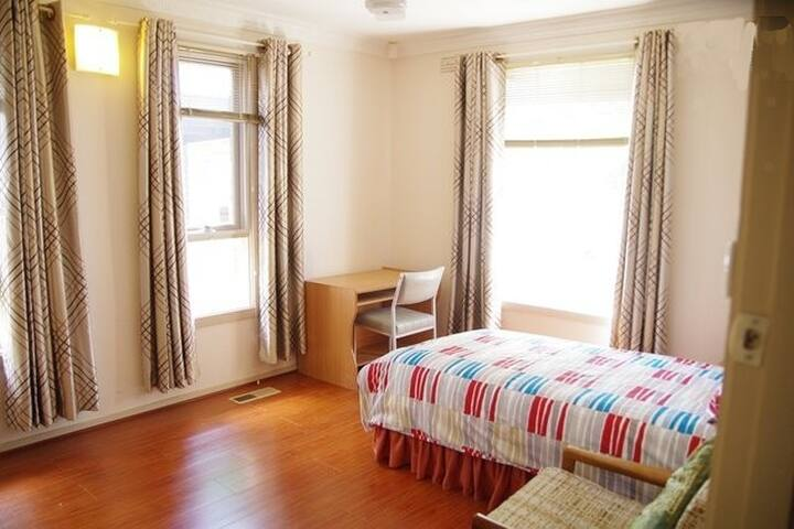 Affordable and Comfy Room Available - Altona Meadows - House