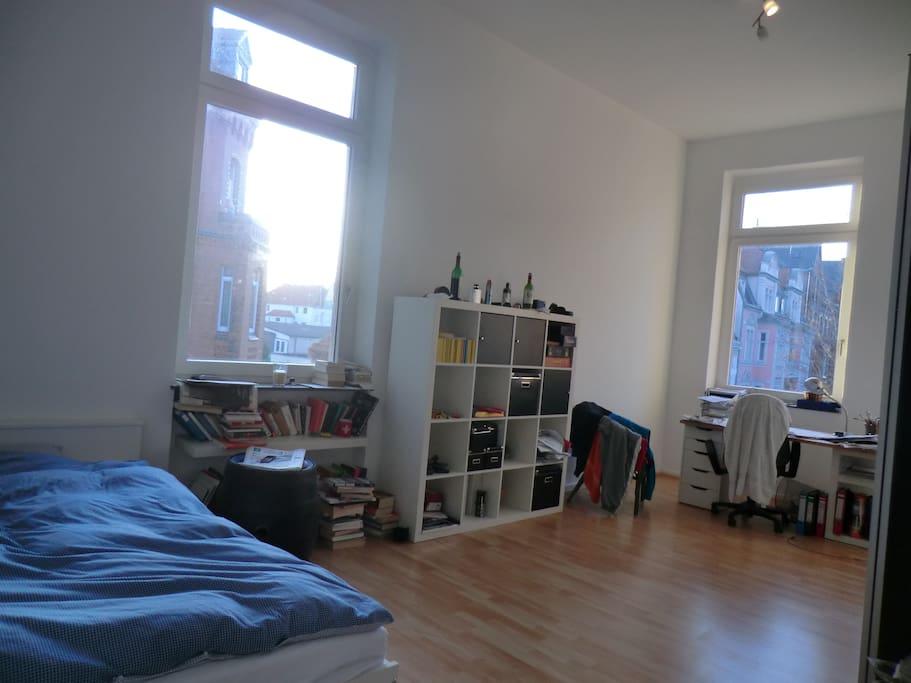 22qm großes Schlafzimmer mit Doppelbett (140cm), TV.