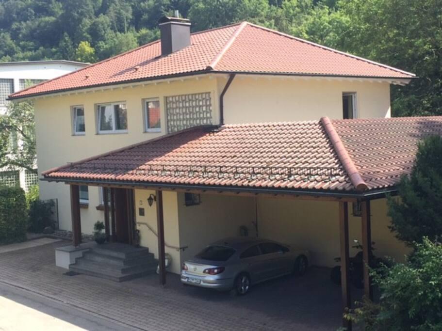 Das Haus liegt 10 Minuten Fußweg von der mittelalterlichen Innenstadt entfernt in einer erholsam ruhigen Lage. Parkplätze direkt vor dem Haus. Garagen für bspw. Motorräder oder auch ein Schopf für ein Wohnmobil ist vorhanden