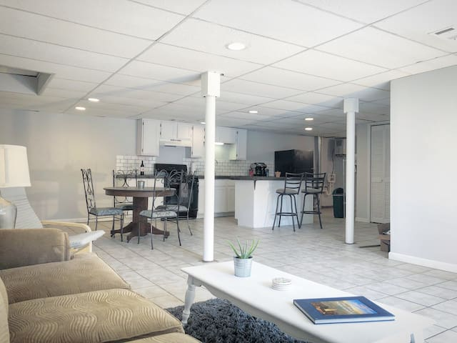 Open Concept | 2BR | ❤️ of Downtown Shops & Dining