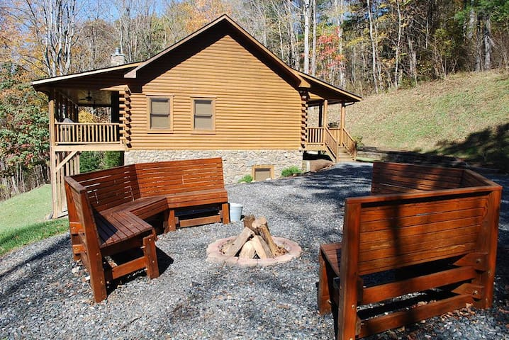 River Raves- Spacious Riverfront Log Cabin, Pet Friendly, Hot Tub, Fire Pit, Fireplace,WIFI