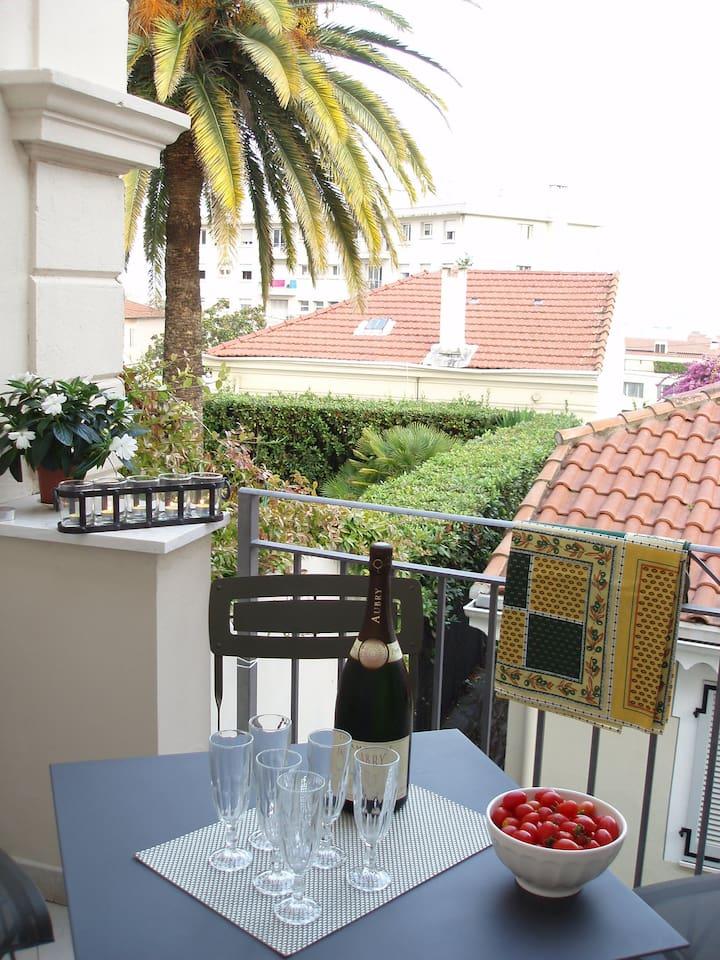 CANNES, charmant appartement avec terrasse, proche des centres d'intérêts.