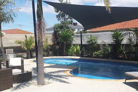 Lovely Large Home & Swimming Pool - Altona Meadows - Hus