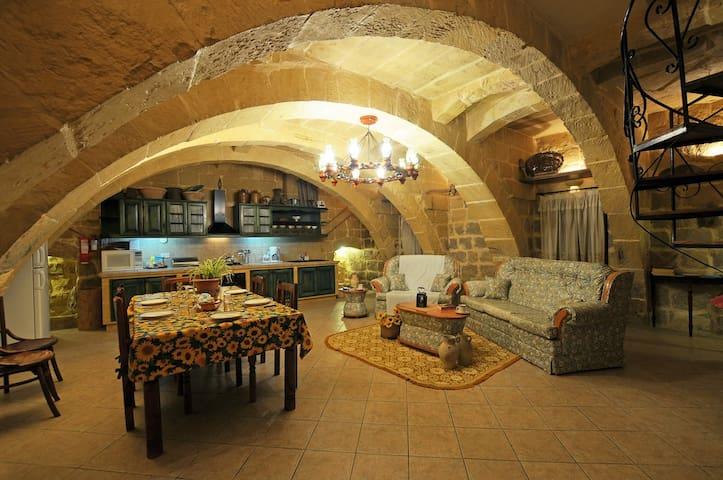 Traditional House 4 Bedrooms & Pool - Għarb - Hus