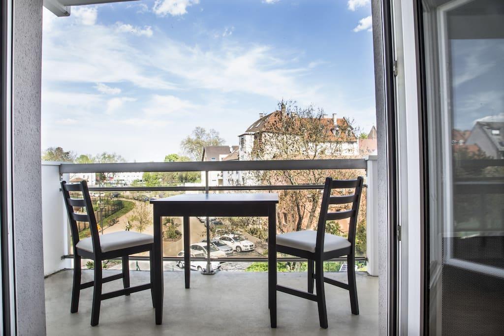 La terrasse est grande et offre une super vue sur un cadre verdoyant