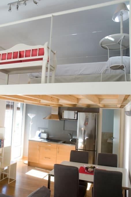 Dormitorio en bohardilla con 2 camas individuales