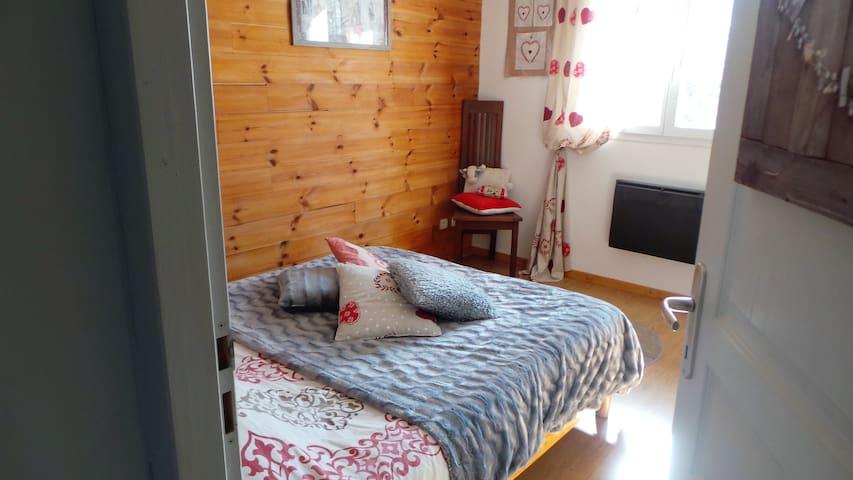 Petite chambre avec télé