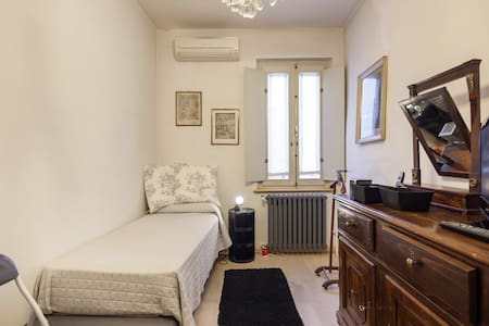 Only for ladies luxury historical house room - Mantova - Huis
